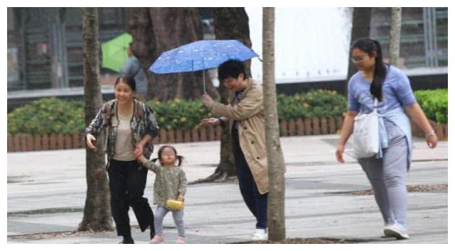 郭富城经纪人帮忙带孩子,对大女儿十分疼爱