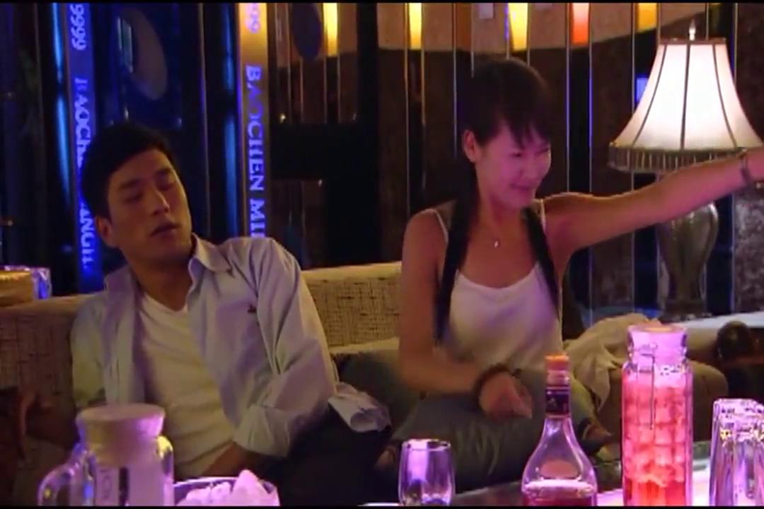 我爱你,再见:小美在KTV里放飞自我,一直喝酒