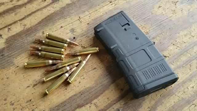 AR-15突击步枪弹匣加弹射击,配备瞄准镜枪法一定很准吧!