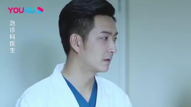 医生讨论男子病情原因的时候他都害羞的挡住自己的脸