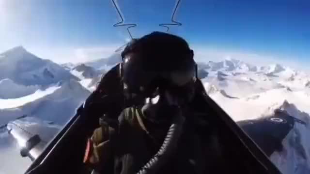CF-18大黄蜂飞行员翻滚特技表演 看的人心潮澎湃