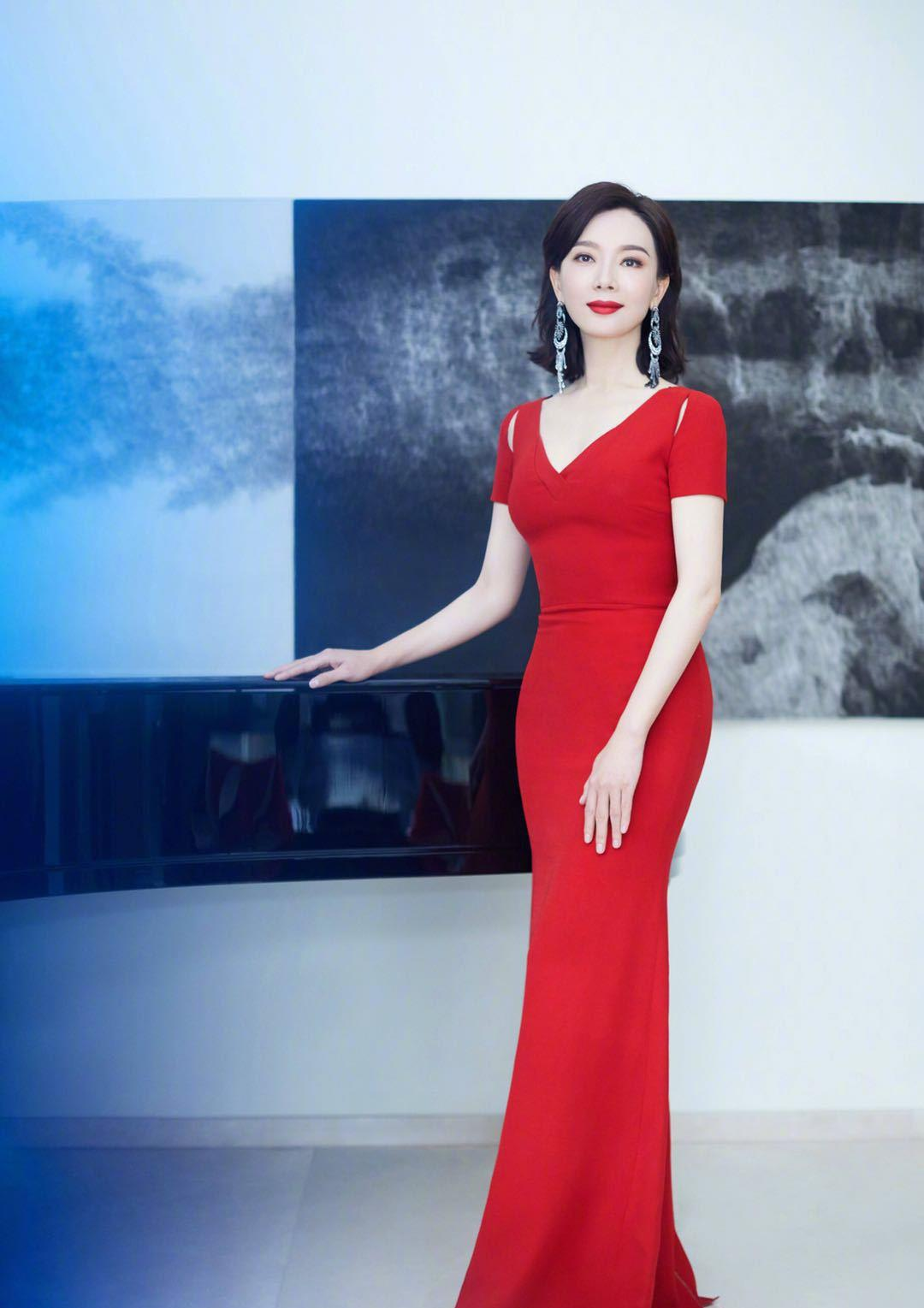 陈数出席北京国际电影节,一袭中国红鱼尾长裙,精致高级美成焦点