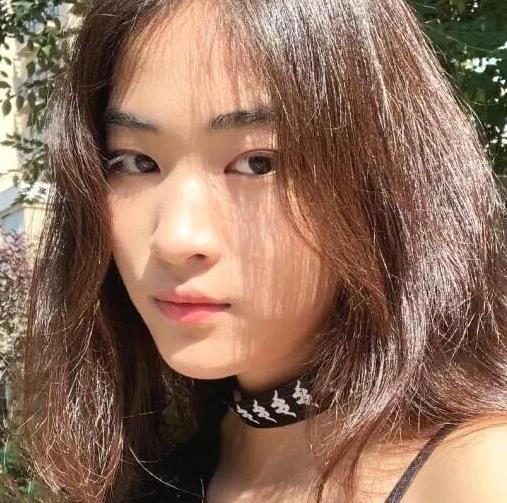 景岗山15岁女儿近照曝光,卷发红唇是高颜值学霸,气质超像妈妈