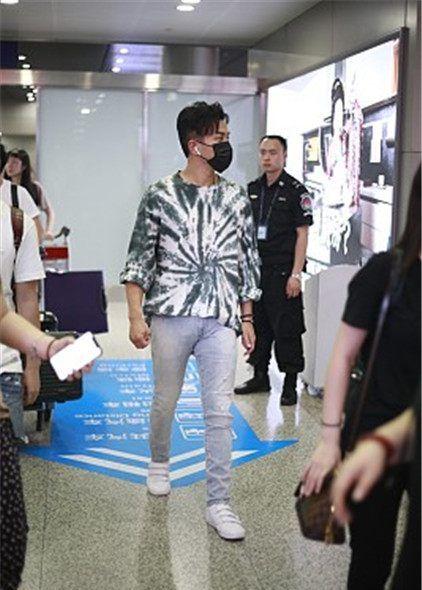 刘恺威街拍:扎染T恤牛仔裤魔术贴运动鞋,帅气时髦