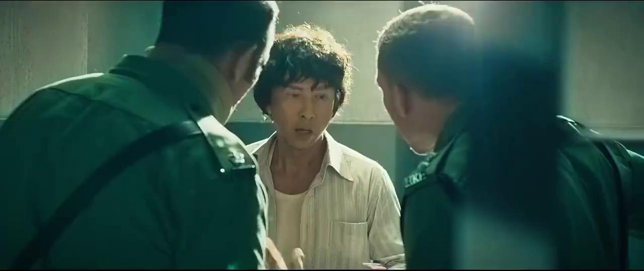 管理者和囚犯的正面对峙,管理者拿着警棍把犯人打的人事不省