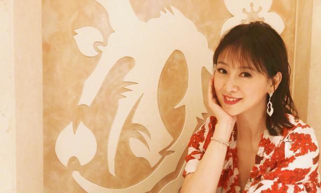 逆生长女神翁虹,身穿红色印花连衣裙,薄刘海齐肩发型哪像50岁?