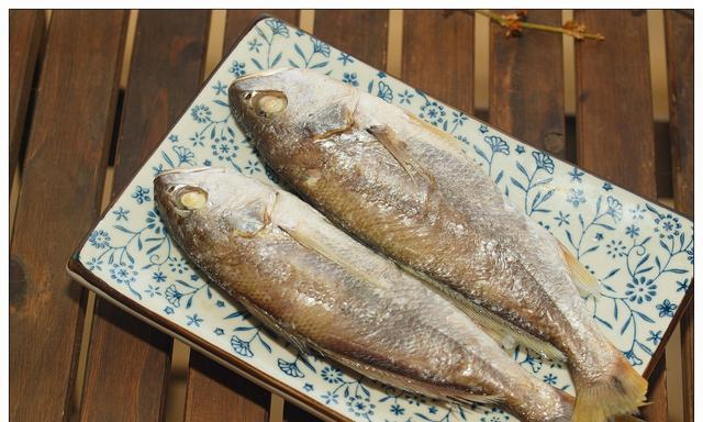 用盐水煮的鱼饭比蒸的更鲜甜,试一试这赤头鱼煮的鱼饭