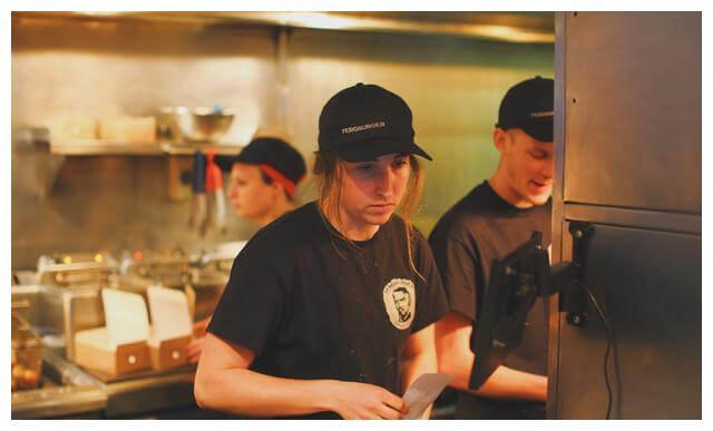新西兰这家比脸还大的汉堡 价格没有挪威贵,美食家一定不要错过