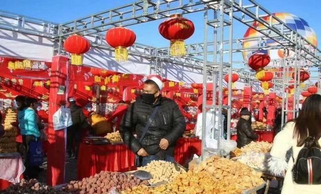 这是新疆乌鲁木齐的年货市场,商品丰富多样,市民节前大采购