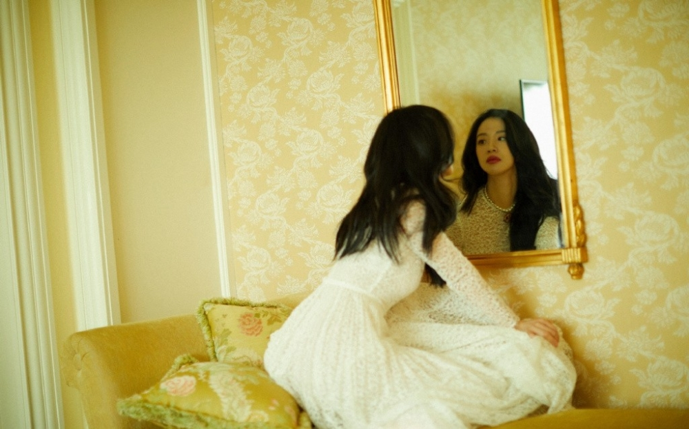 气质慵懒可人的李梦优雅蕾丝长裙肌肤白皙迷人写真