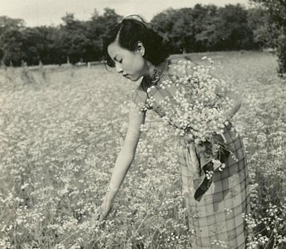 老照片:1930年,面容娇好身材匀称的姐妹花畅游天坛公园