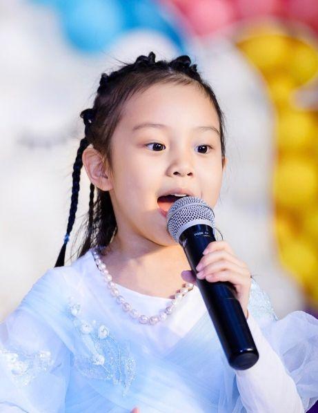 甜馨秦米粒变漂亮了?看完小S的女儿才知道什么是最精彩的逆袭!