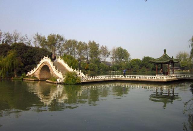 白塔晴云原为瘦西湖二十四景之一,位于莲性寺北岸,坐落于瘦西湖风景