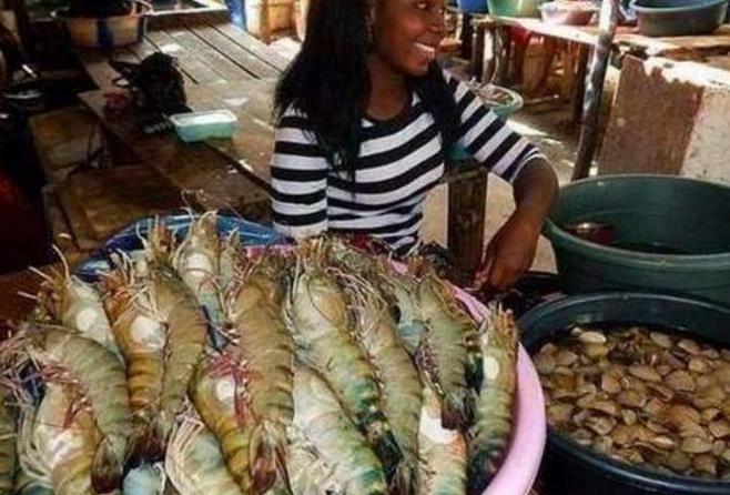 在非洲买了4只大龙虾,给了500元准备走,立马就被非洲兄弟叫住