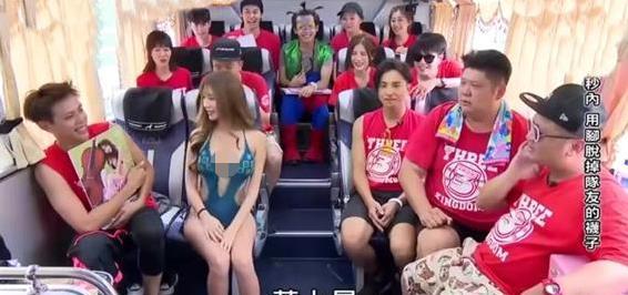 女嘉宾身着泳装上综艺,四周围着一群男嘉宾,网友:是熟悉的画面