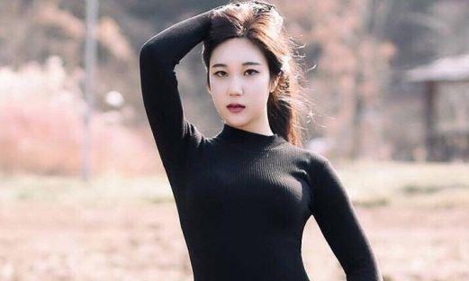 火辣身材小姐姐长相清纯,不仅优雅迷人,青春靓丽!
