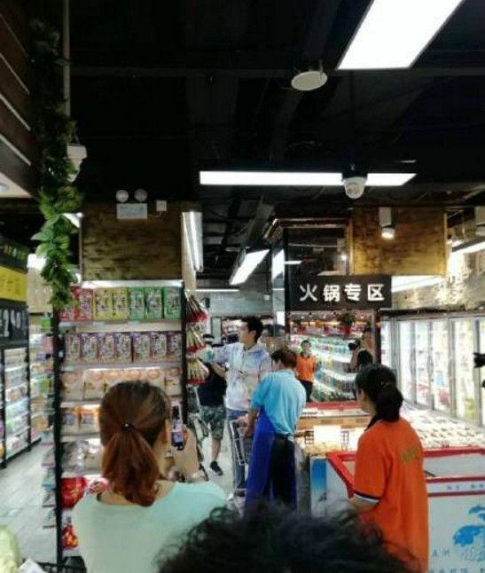 网友北京海运仓偶遇吴亦凡买菜,网友:跟电视上真的不一样!
