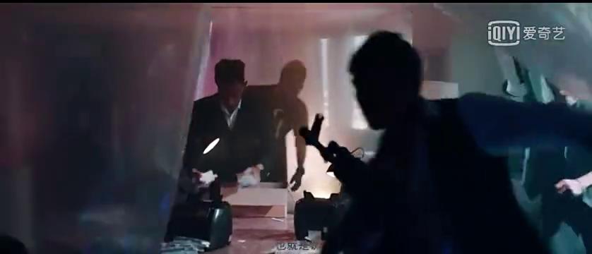 大毒枭仗着人多围攻男子,不料男子是顶尖杀手,层层围攻巧妙脱身