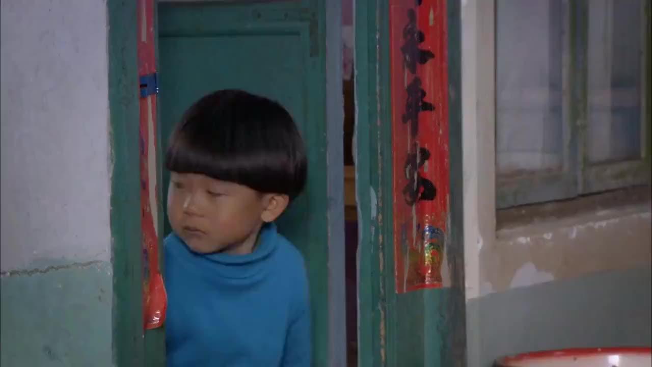 小男孩趁妈妈睡着偷偷拿鸡腿要给姐姐吃不料被恶毒妈妈发现