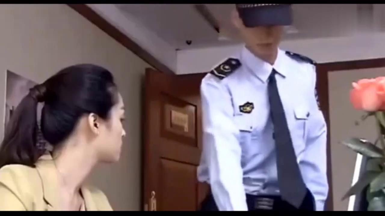 漂亮女白领找小保安冒充男友回家,谁知道保安一激动就来真的了