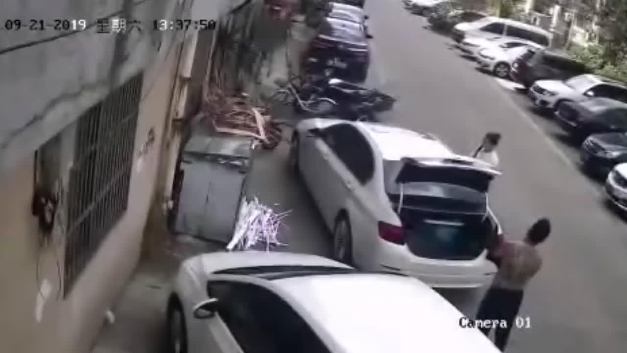 监拍:高空坠下水泥块猛砸向轿车,一男一女受惊吓本能地缩身体