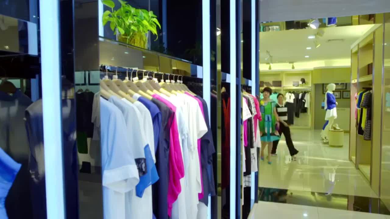 美女去商场买衣服,试了下衣服直接付款,怎料结账的时候贼尴尬