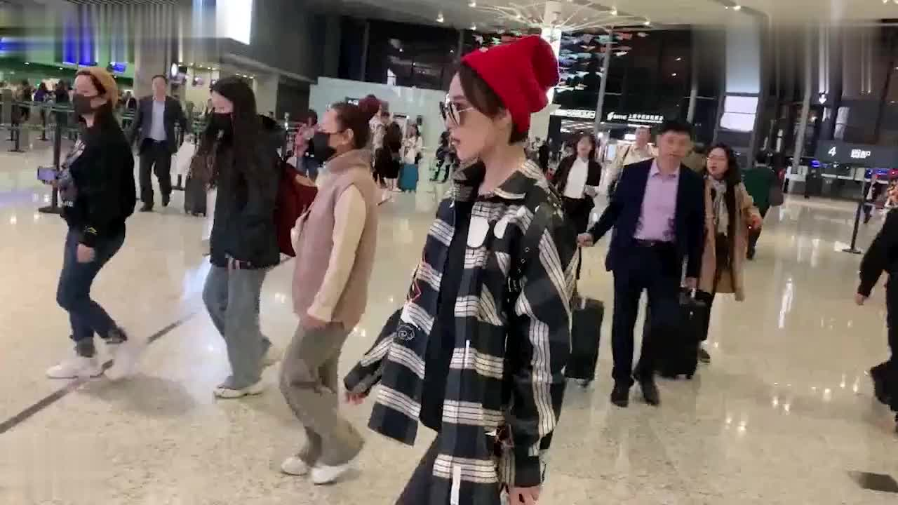 辣妈张馨予产后恢复迅速瘦回少女头戴红色毛线帽时髦度up