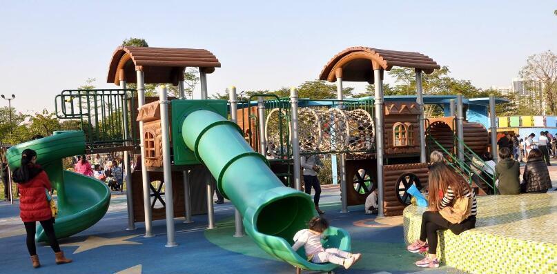 """8岁女孩玩滑梯,""""哧溜""""一下掉层皮,游乐园:标志被风刮走了"""