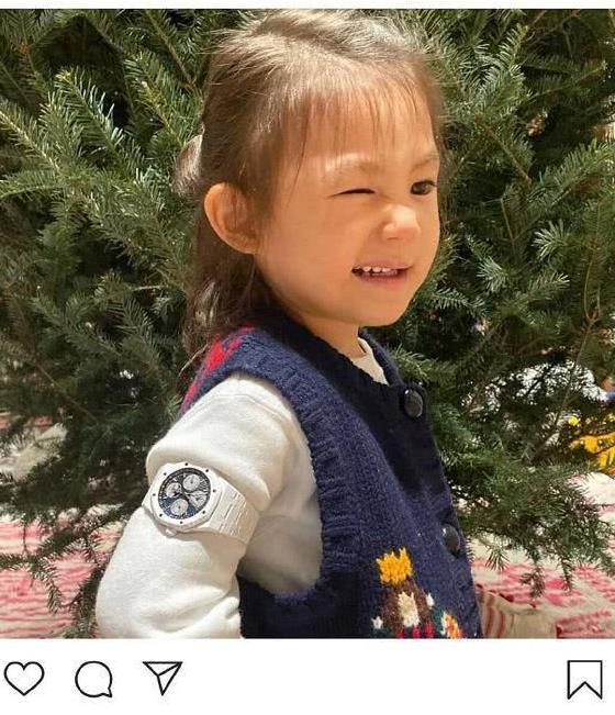 陈冠希晒女儿照片,我二十年的收入,就随意戴在他姑娘胳膊上