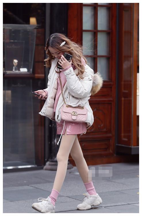 时尚靓丽的小姐姐,粉色吊带裙的穿搭,女神范儿十足