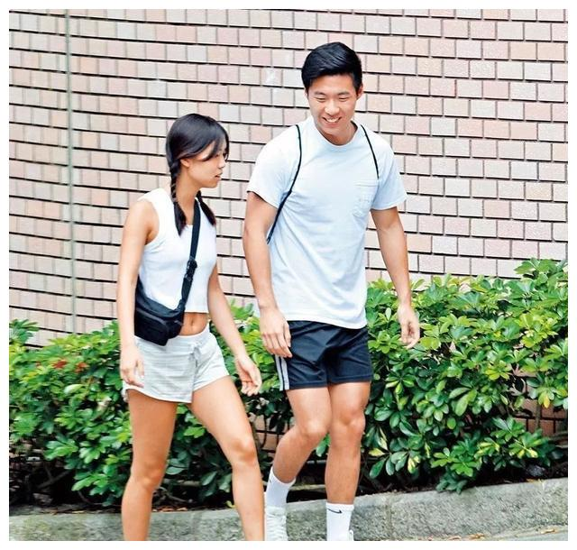 林海峰彭羚放任大女儿谈恋爱,20岁林泳与男友爬山约会点到即止