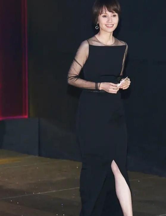 袁泉终于高调一回,黑色透视裙太有女人味,一个低头锁骨成了焦点