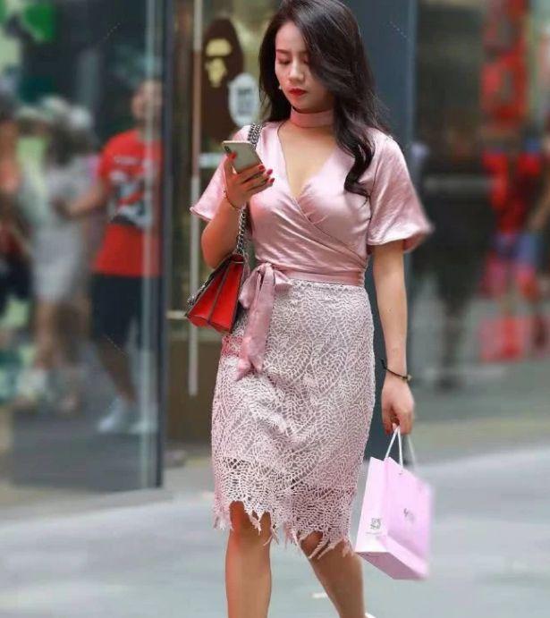"""""""粉色妹""""走上街,粉色蕾丝连衣裙优雅又显知性气质,女人味十足"""