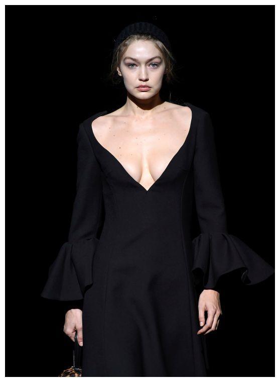 美国超模亮相时装周T台秀,身穿黑色连身裙风格独特,有别样美