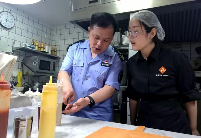 郑东新区食药监局主动上门服务 助推食安创建