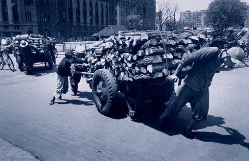 1948年的上海,工人领工资的情景,成为了历史上的奇观