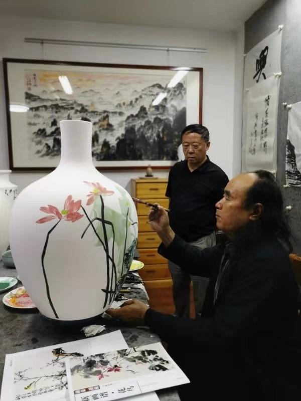 盛世花艳一一颜泉在长沙画室创作瓷画作品庆七十周年献礼