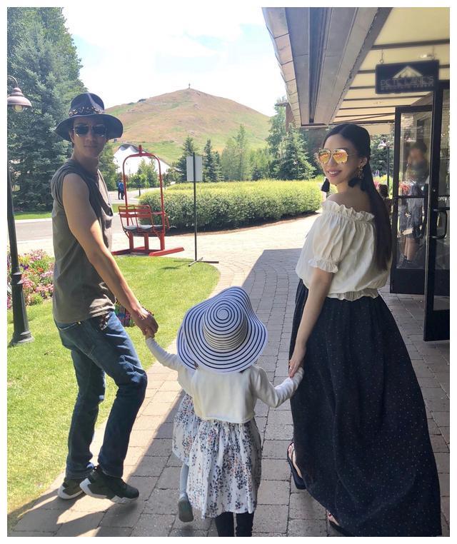 王力宏一家5口出游,33岁李靓蕾衬衫配半裙好出众,儿子气质像爸