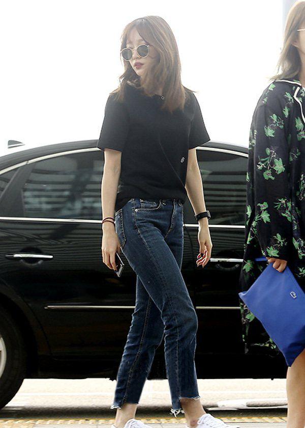 谁说T恤+牛仔裤烂大街,HaNi机场穿搭配小白鞋活力十足不落俗套