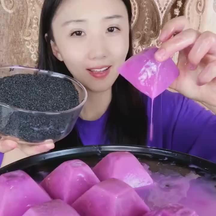 爱吃冰的凤姐又来啦今天吃火龙果冰一口接着一口嘎嘣脆