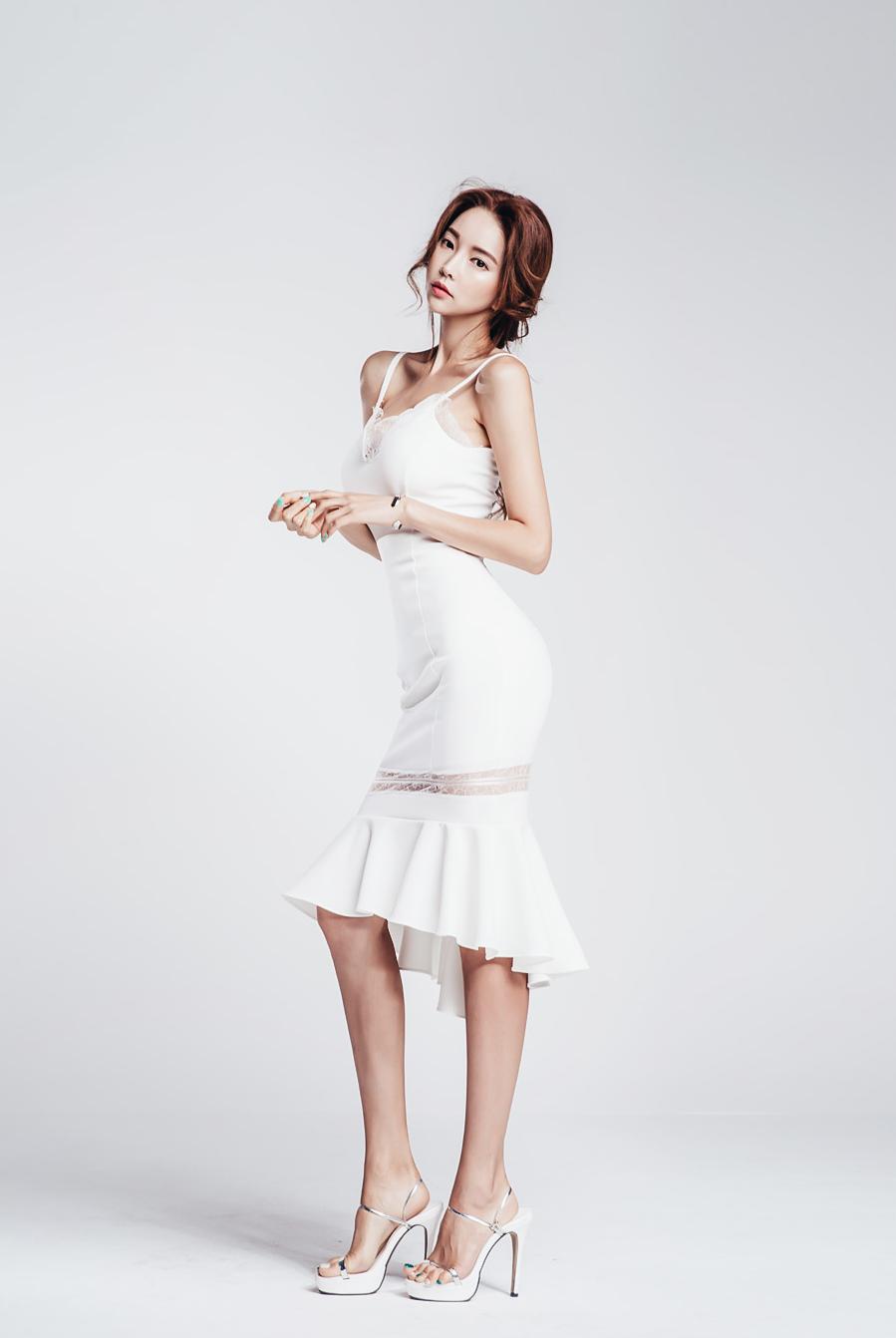 纯白吊带鱼尾裙,优雅飘逸