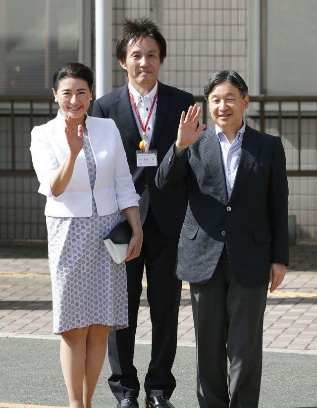 日本天皇德仁夫妇访问新潟残疾人康复中心,下月向世界昭告登基