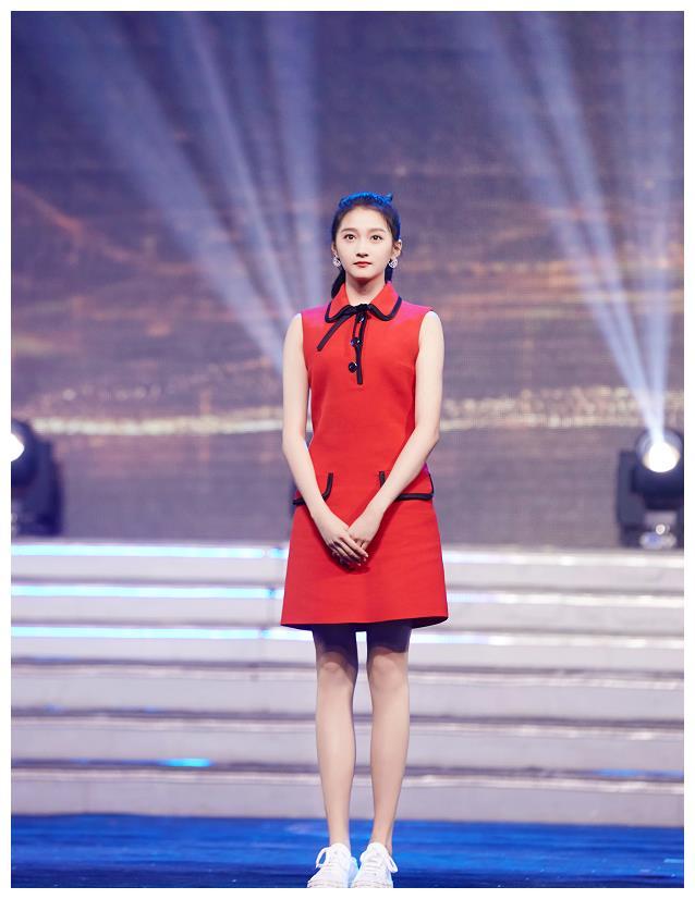 有种特殊叫1米73的关晓彤,别人礼裙都配高跟鞋,她非要玩另类