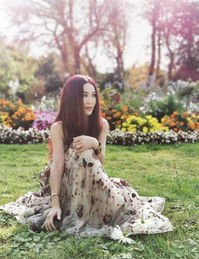 温碧霞时尚写真,穿半透雪纺长裙,53岁活成美少女