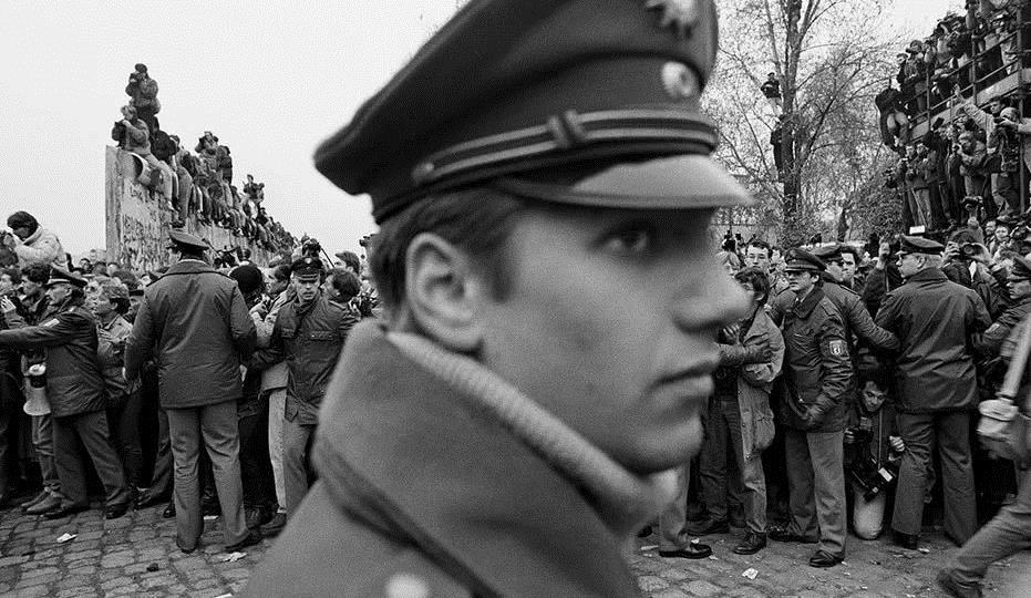摧毁了整个东欧社会主义集团,德国柏林墙倒塌,苏联放任不管