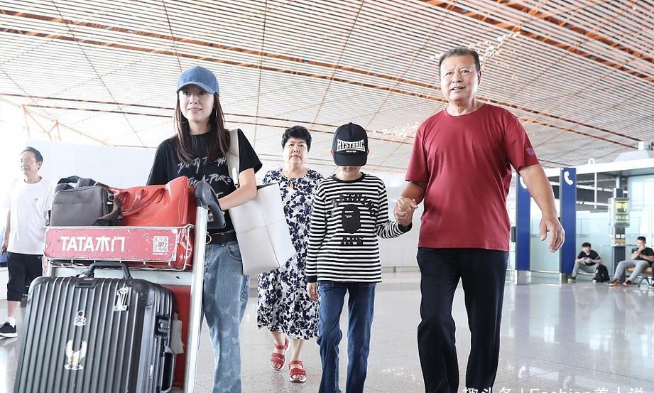 董洁一家四口现身机场,T恤配牛仔裤很休闲,10岁儿子随妈颜值高