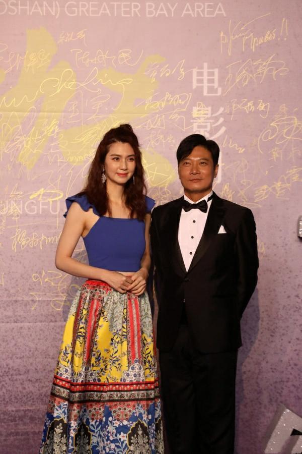 洪欣出席颁奖礼,碎花裙搭紧身衣,49岁巴掌腰吸睛