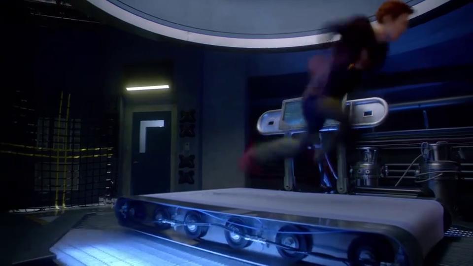 闪电侠在美女面前炫耀,用光速在跑步机跑步,没想到摔个狗啃泥