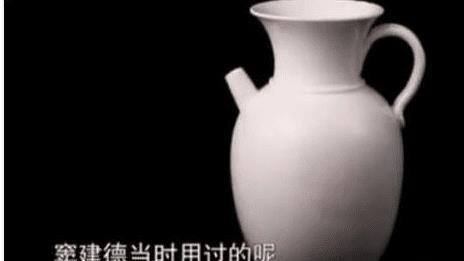 持宝人带来一白瓷瓶, 专家看到瓶底刻有一个字, 专家: 你真胆大!