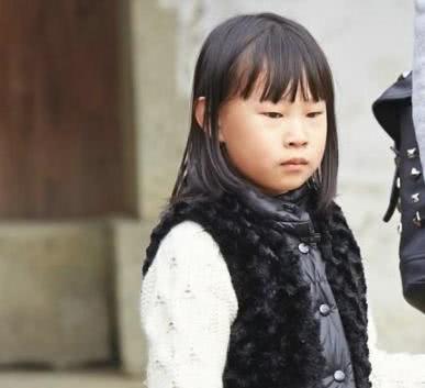 小沈阳女儿沈佳润长大了,留披肩发展示才艺,五官太像老爸